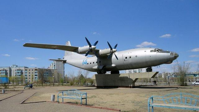 Самолёт-памятник в городском парке
