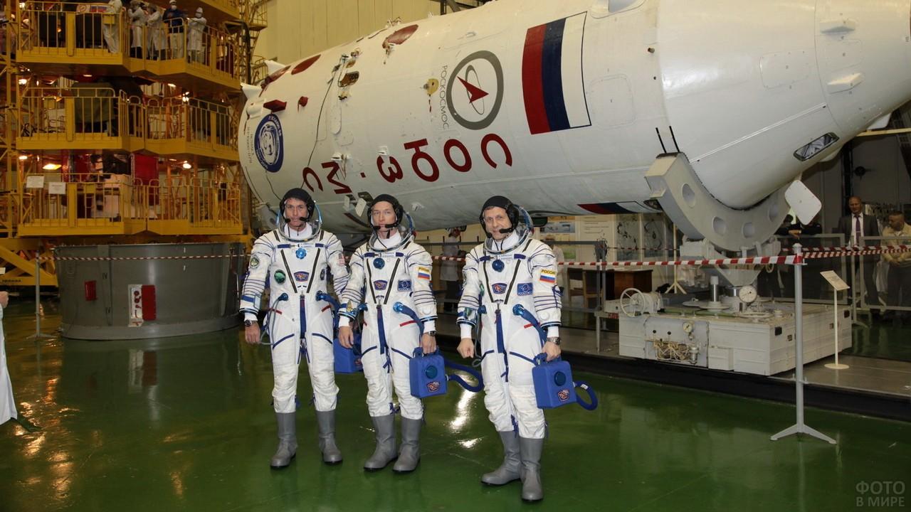 Три космонавта возле ракеты