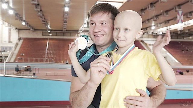 Алексей Немов с мальчиком в спортзале