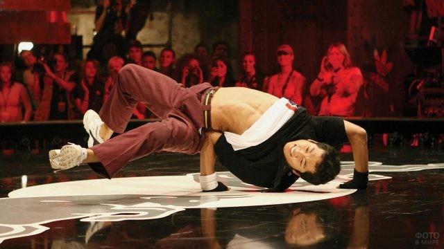 Гибкий азиат на танцполе