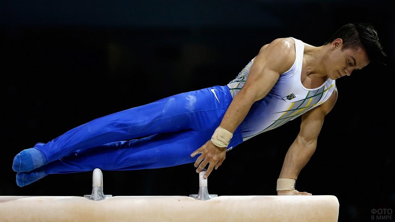 Гимнаст на спортивном снаряде
