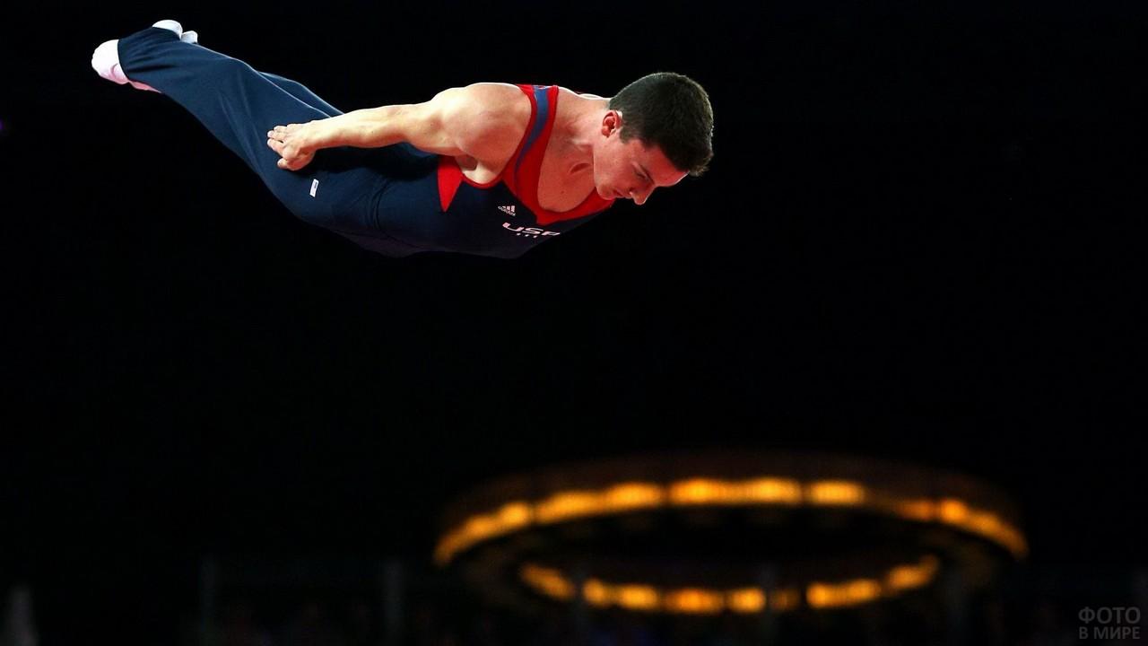 Гимнаст в прыжке на выступлении