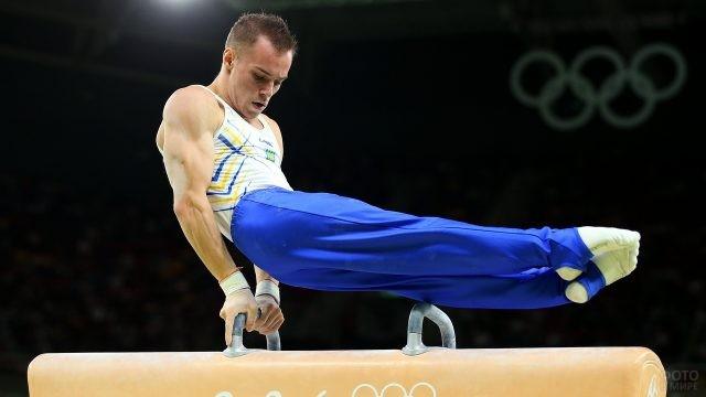 Гимнаст выступает на снаряде