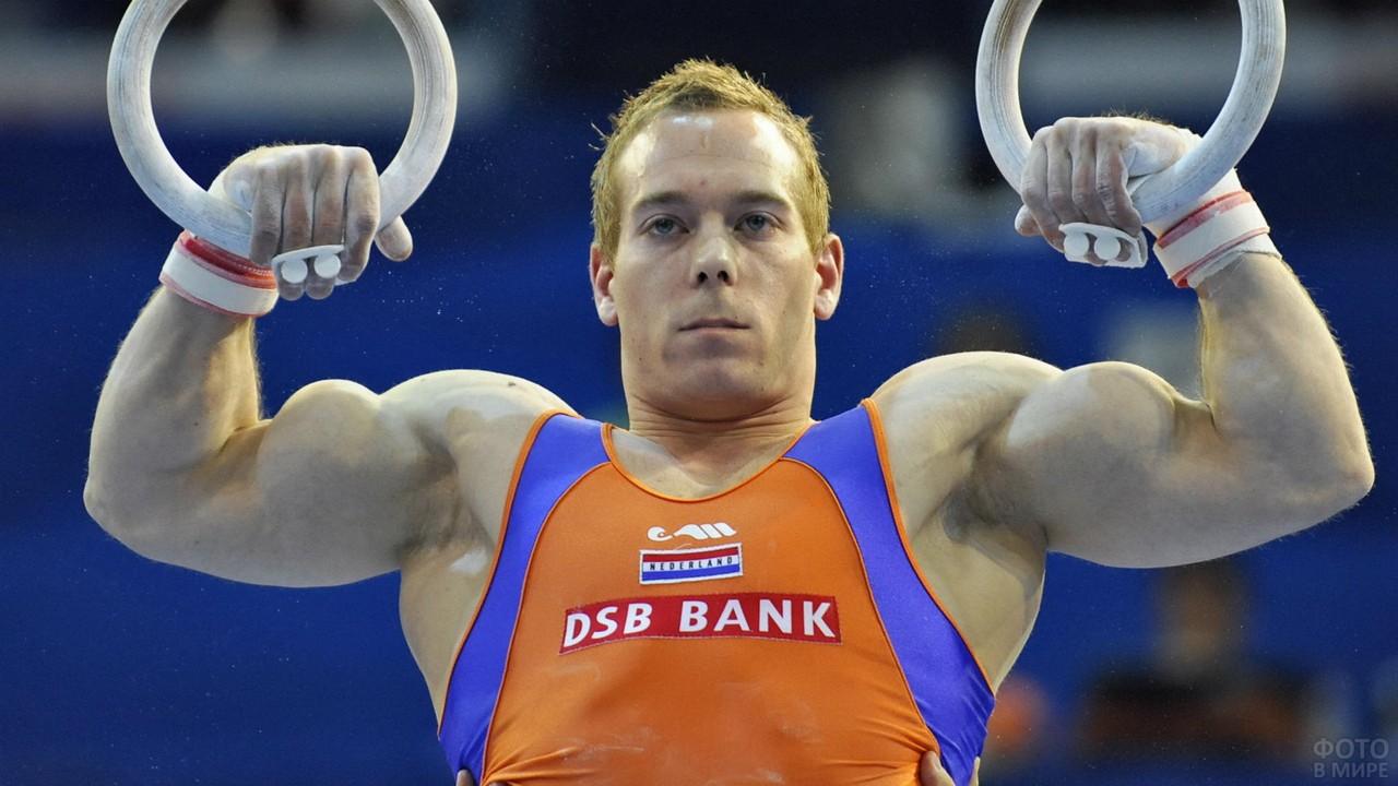 Мускулистый гимнаст на кольцах