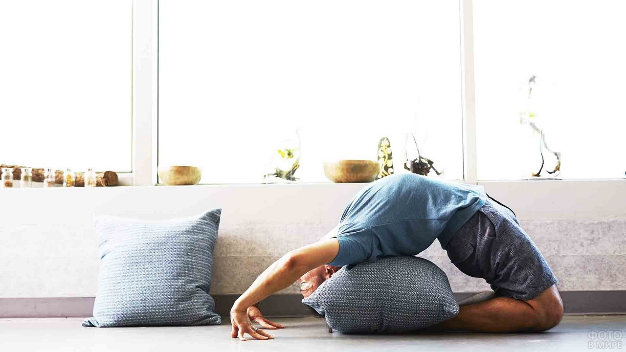 Мужчина выполняет позу йоги