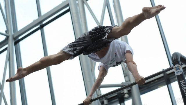Уличный гимнаст на турнике