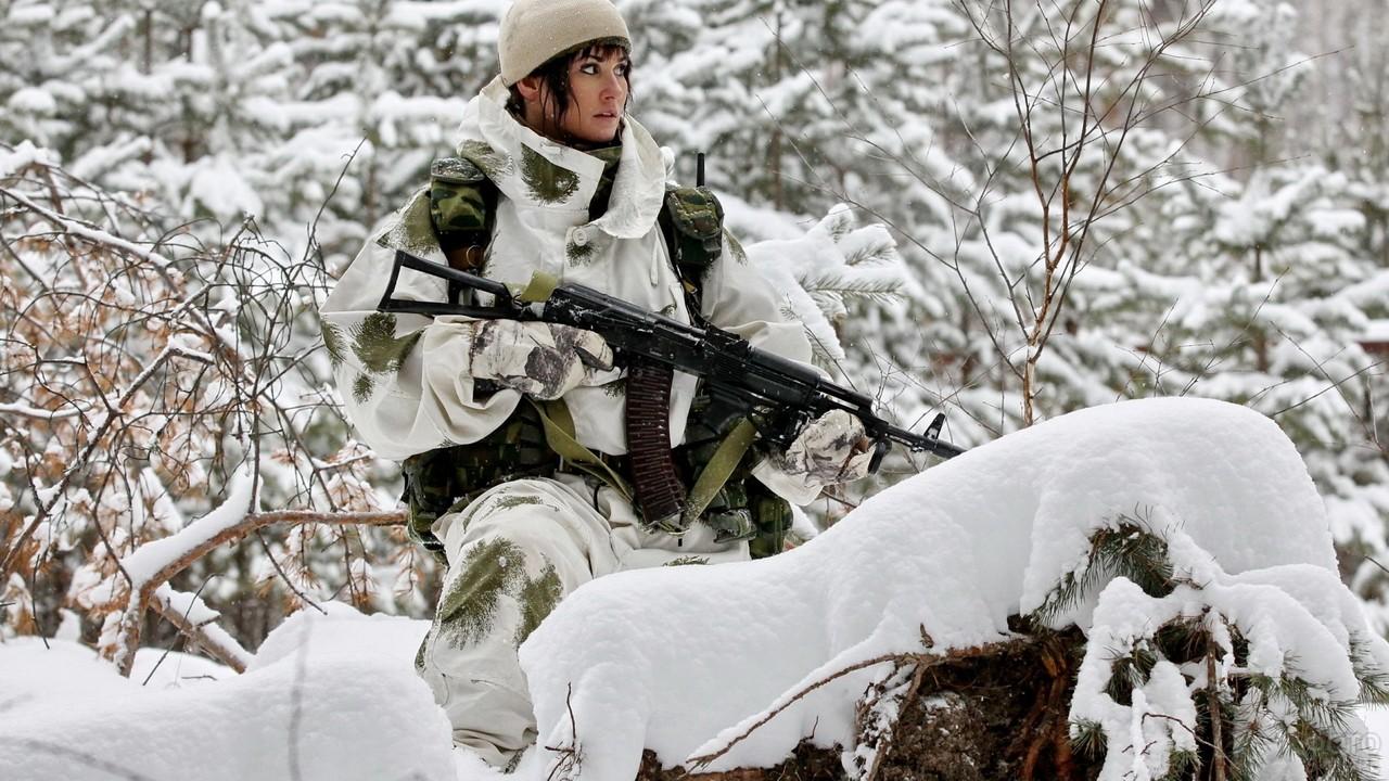 Девушка в светлой форме в зимнем лесу