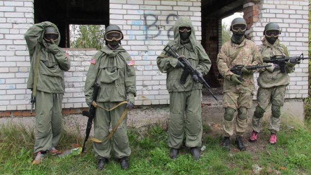 Игроки на фоне заброшенного здания