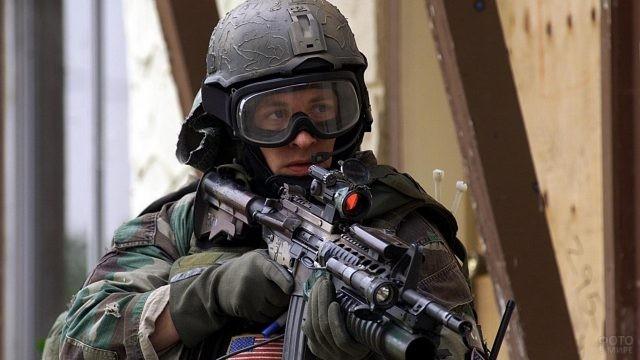 Мужчина в военной форме с оружием