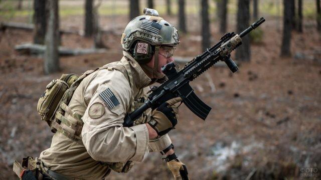 Солдат идёт вперёд по лесу