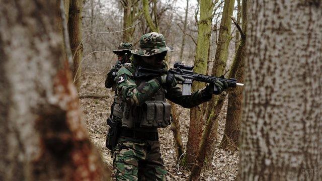 Солдаты в панамах среди деревьев