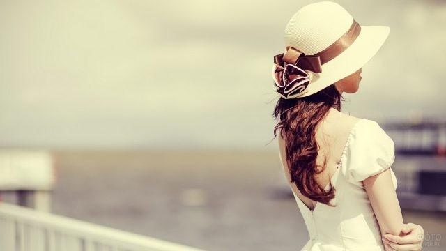 Барышня в белой шляпе с бантом