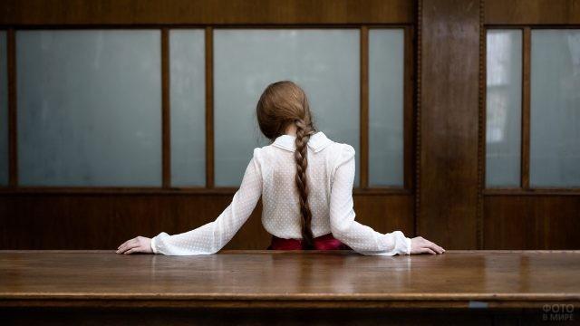 Девица с косой в аудитории