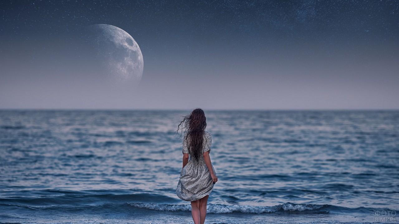 Девушка идёт по морю к Луне