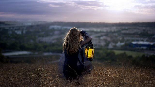 Девушка с фонарём на фоне природы