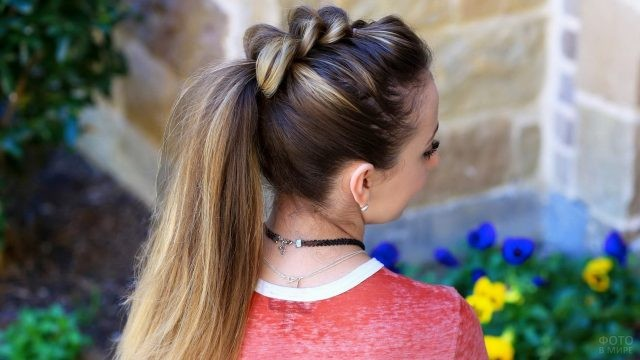 Девушка с причёской у дома
