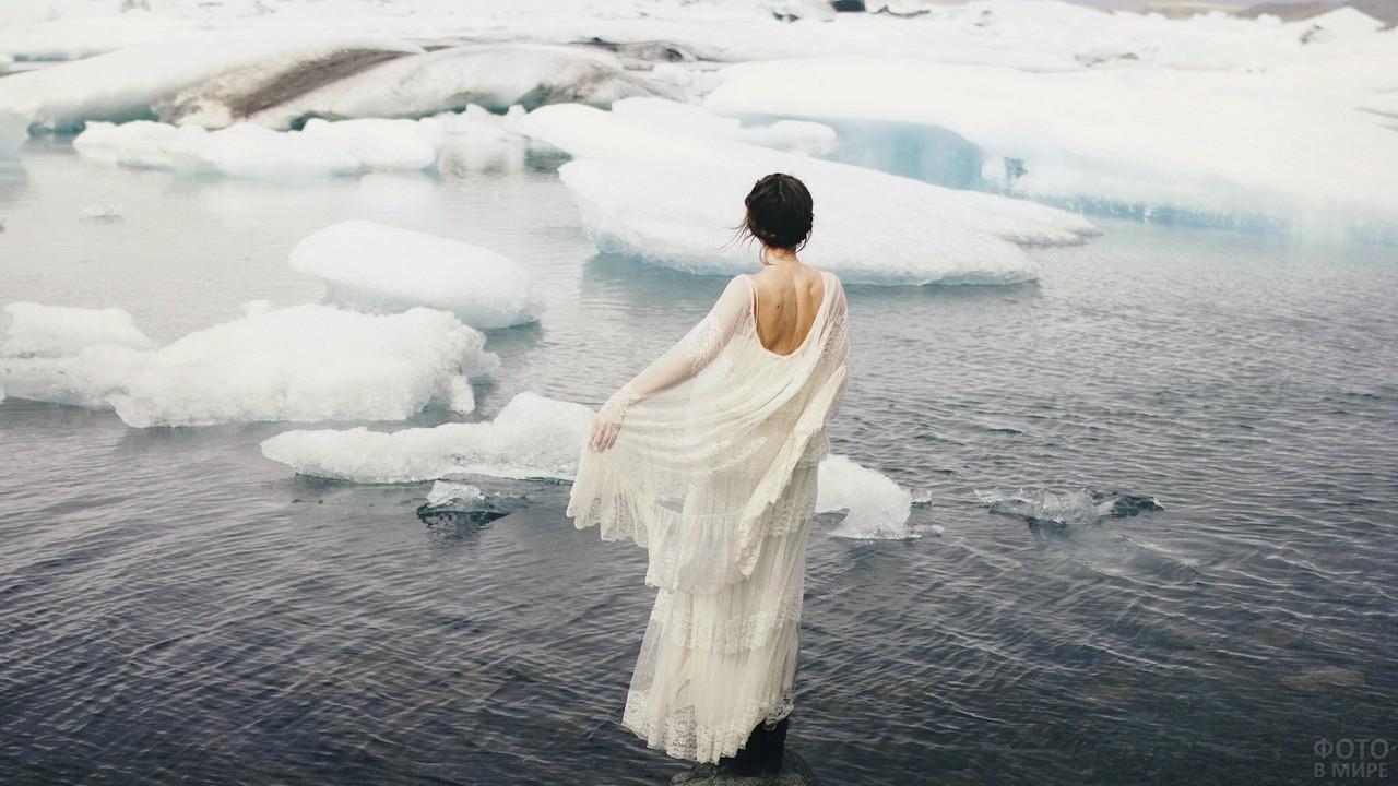 Девушка в белом на реке среди льдин