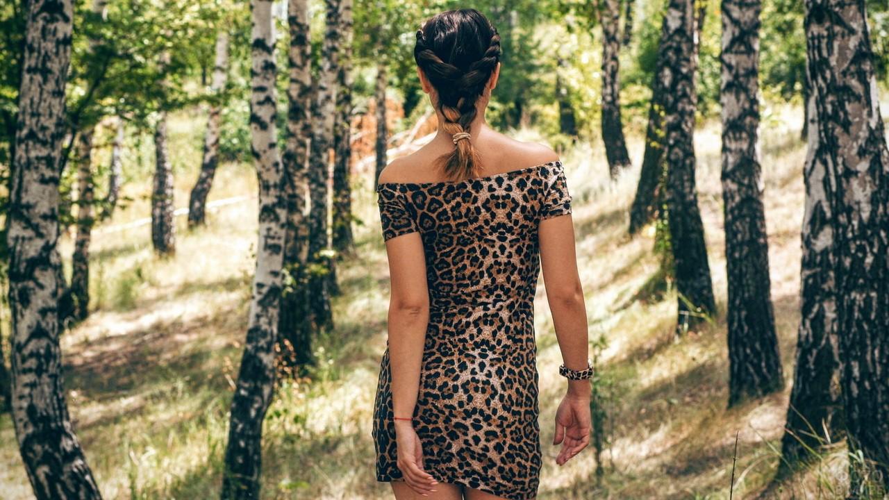 Девушка в леопардовом платье среди берёз