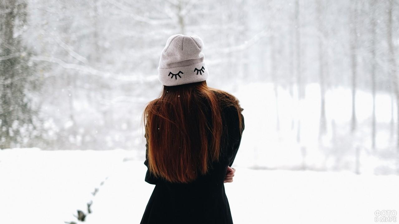 Девушка в шапке зимой