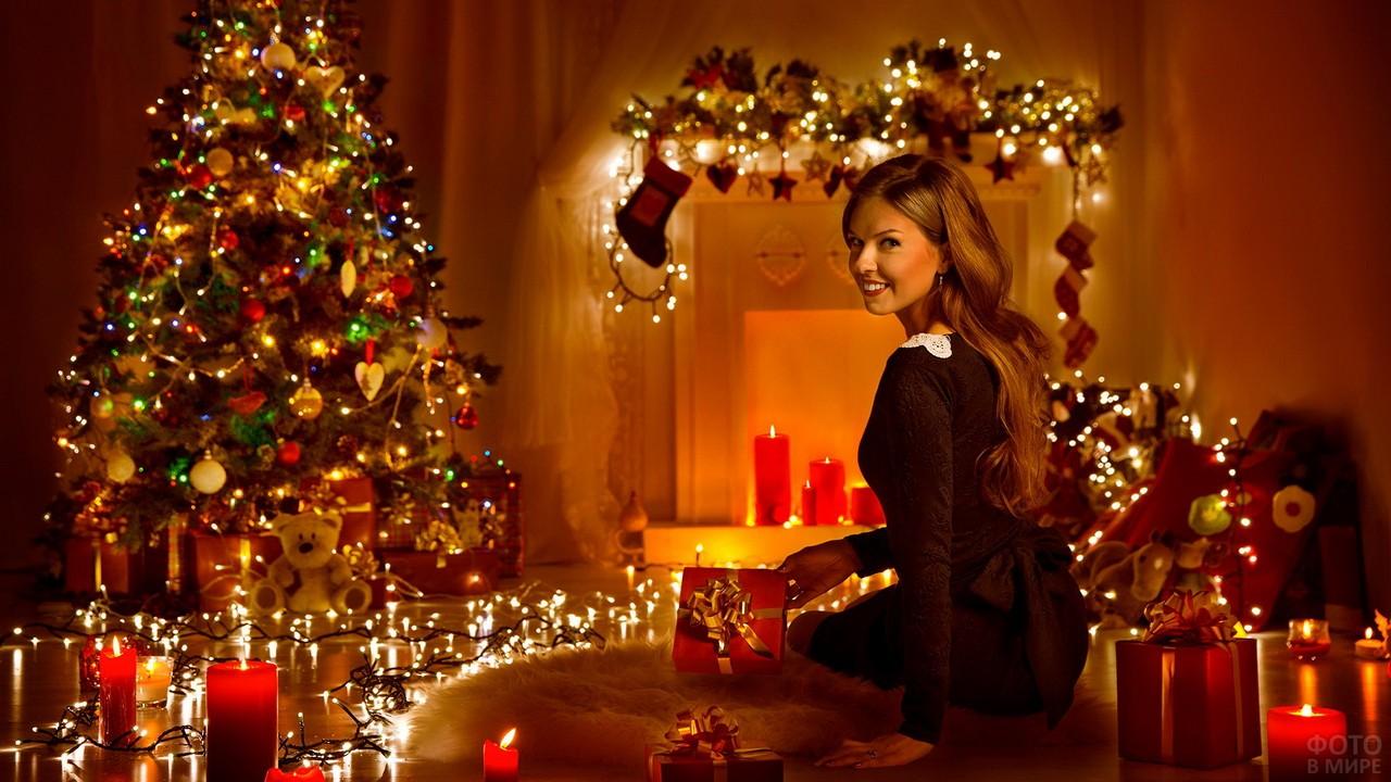 Красавица улыбается в украшенной новогодней комнате