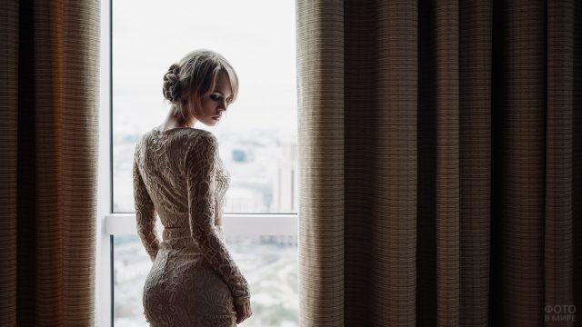 Красивая блондинка повернула голову у окна