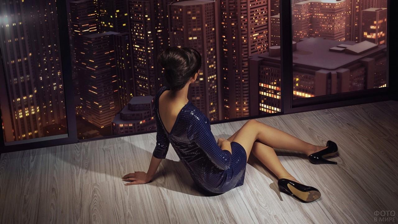 Красивая девушка в небоскрёбе вечером