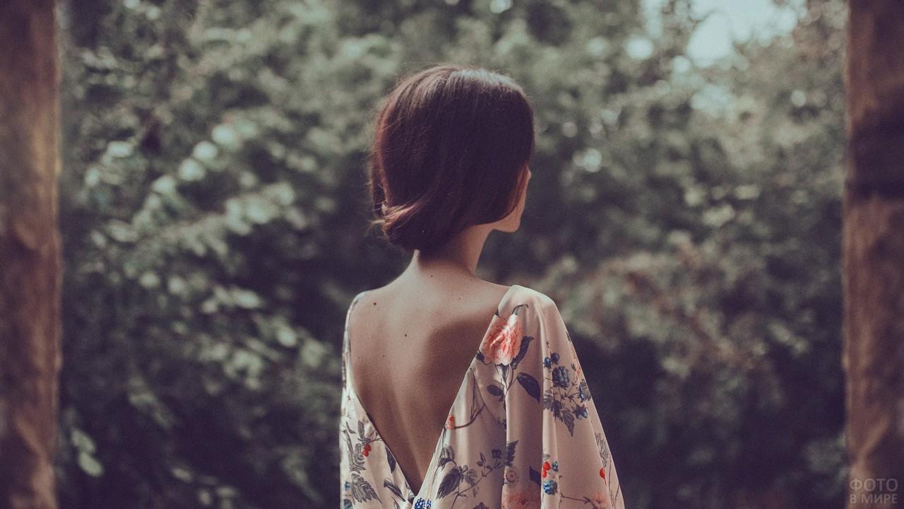 Милая девушка в платье с открытой спиной