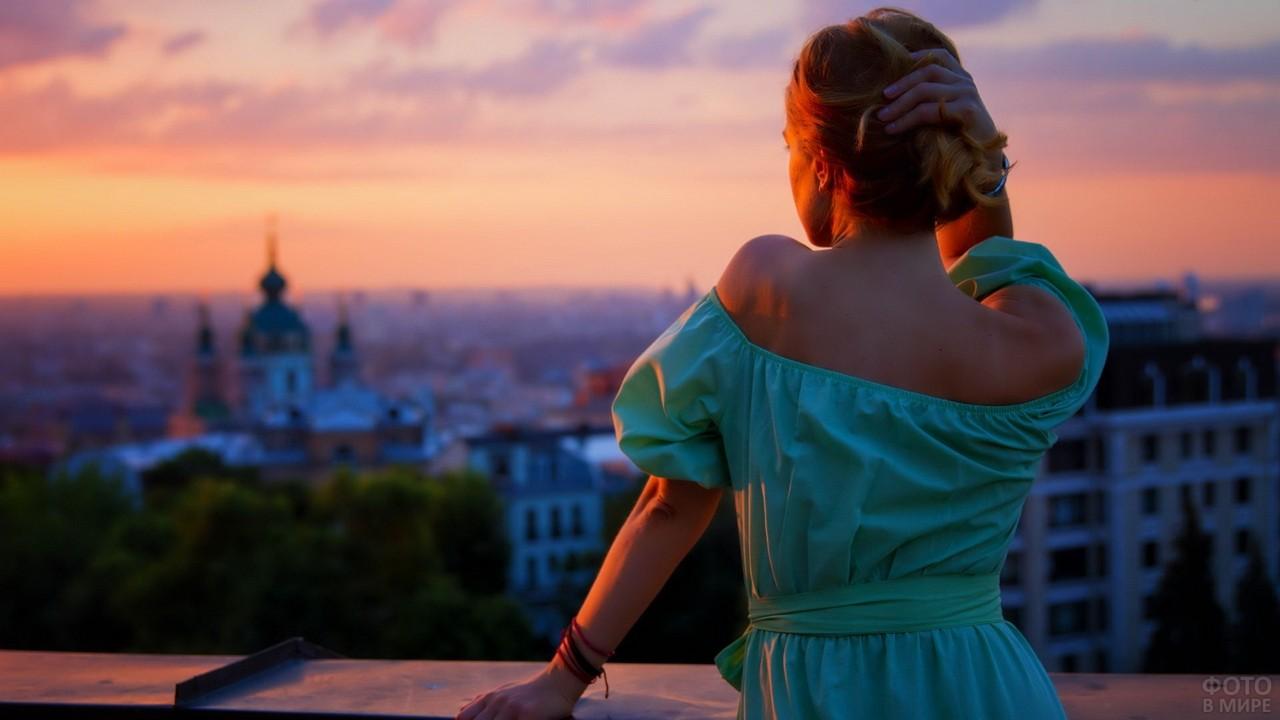 Романтичная девушка в зелёном платье на закате