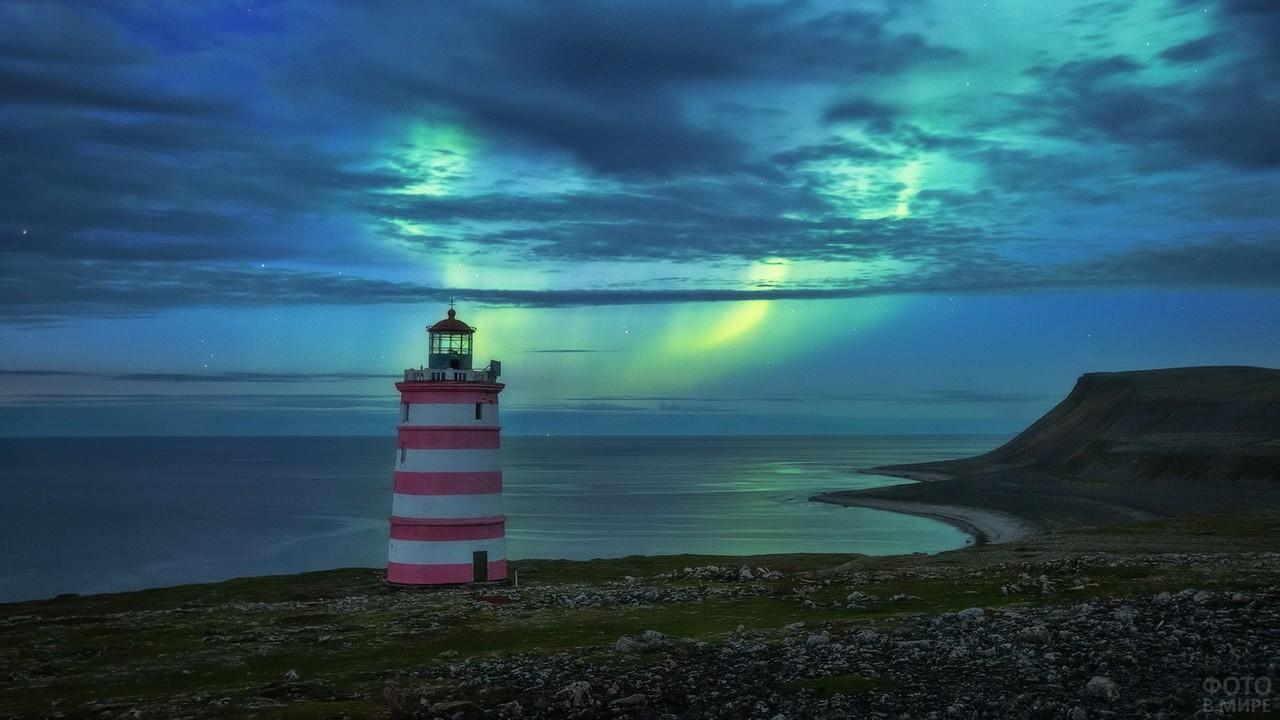 Кильдинский-Северный маяк и северное сияние