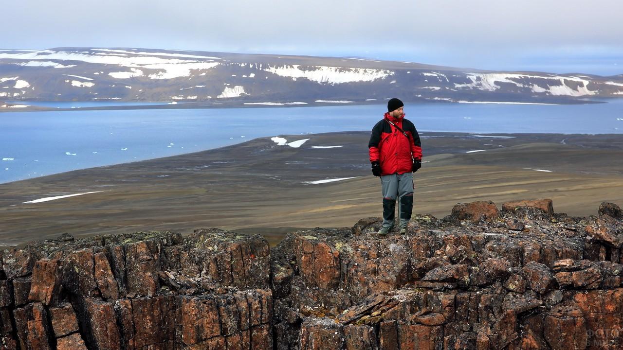 Мужчина на скалах северного острова