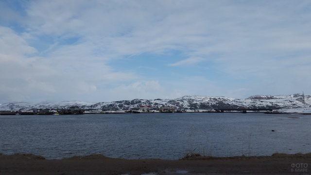 Вид на посёлок Териберка с берега