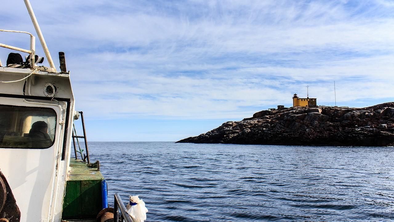 Вид с катера на маяк Териберский