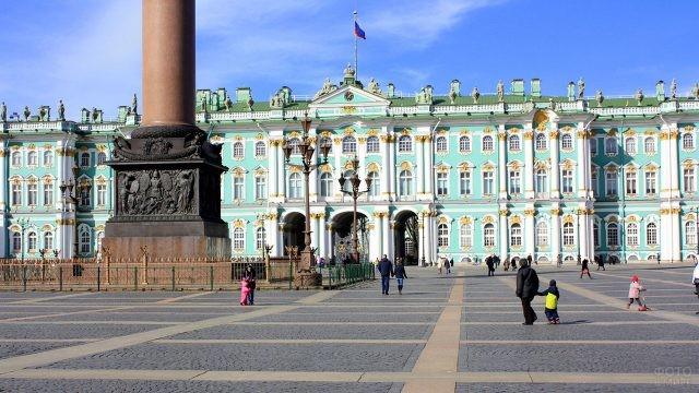 Гуляющие люди в ясный осенний день на Дворцовой площади