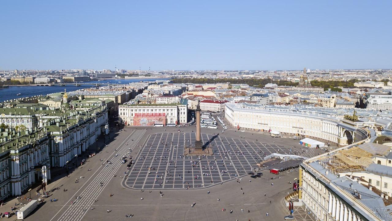 Панорама Дворцовой площади с высоты птичьего полёта