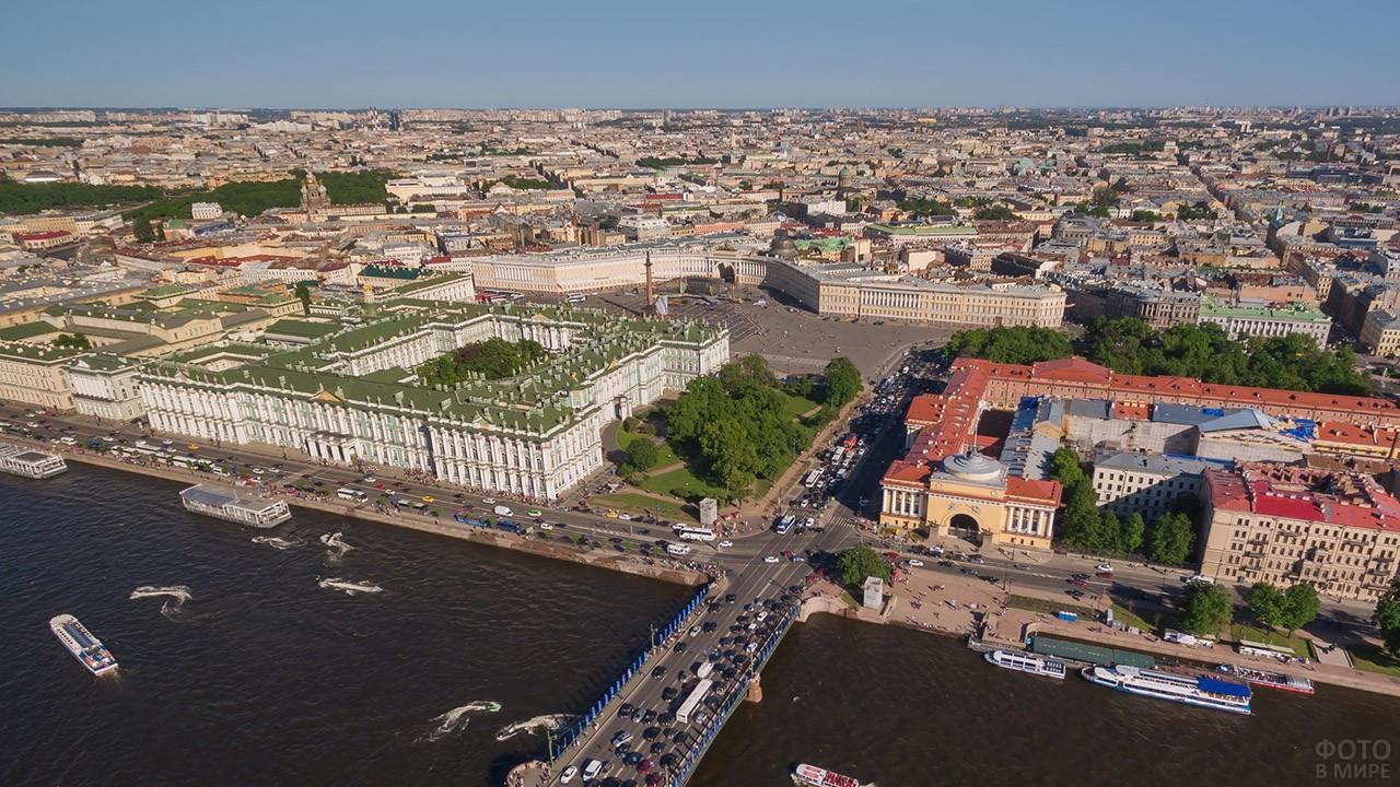 Панорама летнего Санкт-Петербурга от Дворцового моста