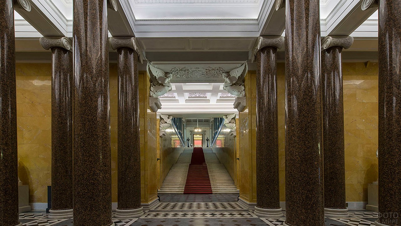 Парадная лестница Нового Эрмитажа