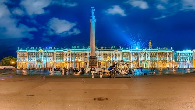 Сказочная карета на вечерней Дворцовой площади