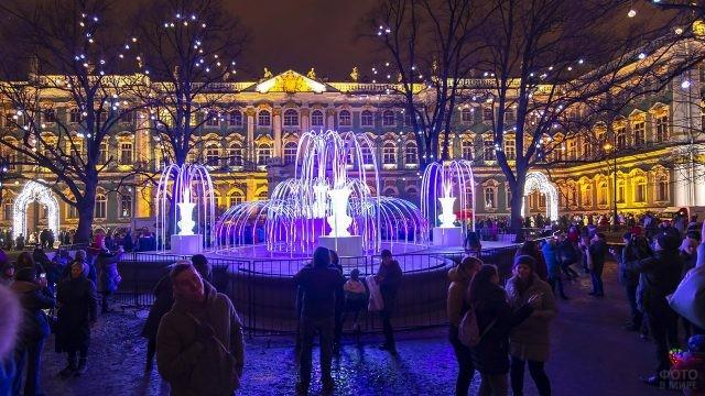 Туристы и петербуржцы в новогоднюю ночь