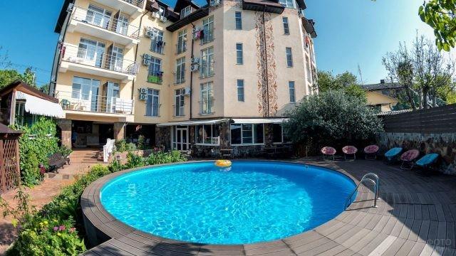 Чистый двор красивого отеля с круглым бассейном