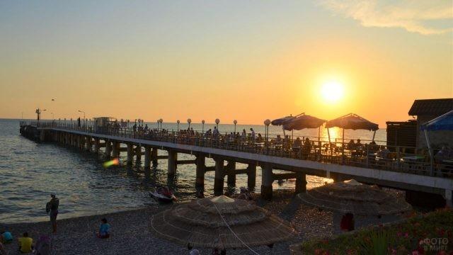 Лазаревская набережная при красивом солнечном закате