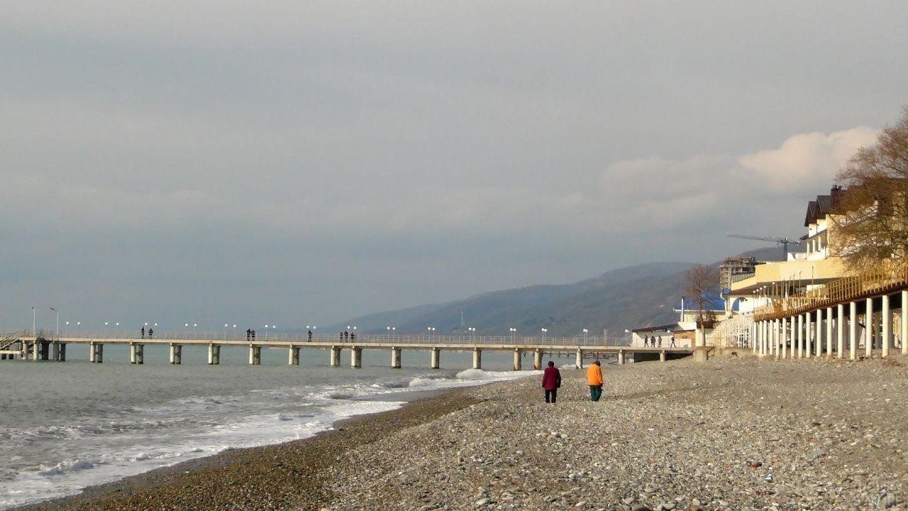 Люди прогуливаются по тихой набережной