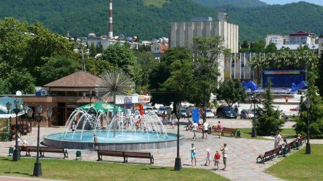 Небольшая площадь с необычным фонтаном в центре