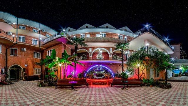Ночной вид отеля с яркой подсветкой