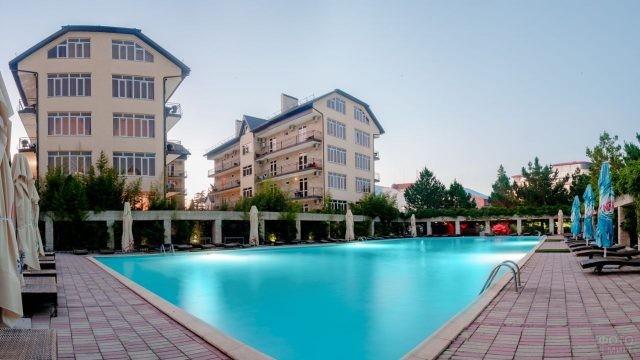 Роскошная лаундж-зона у бассейна в одном из отелей курорта