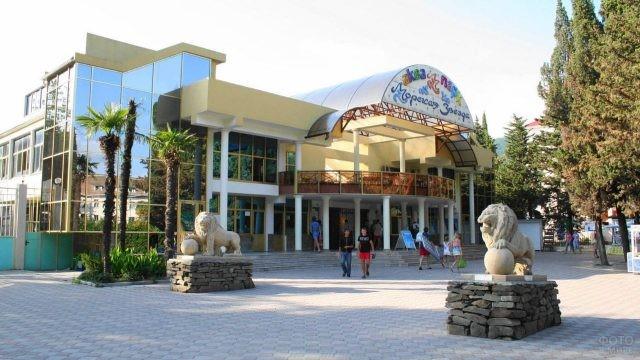 Статуи львов у входа в аквапарк
