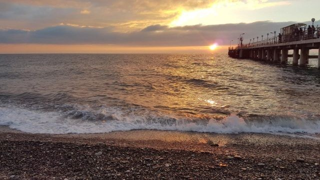Тихий пляж в лучах солнечного заката