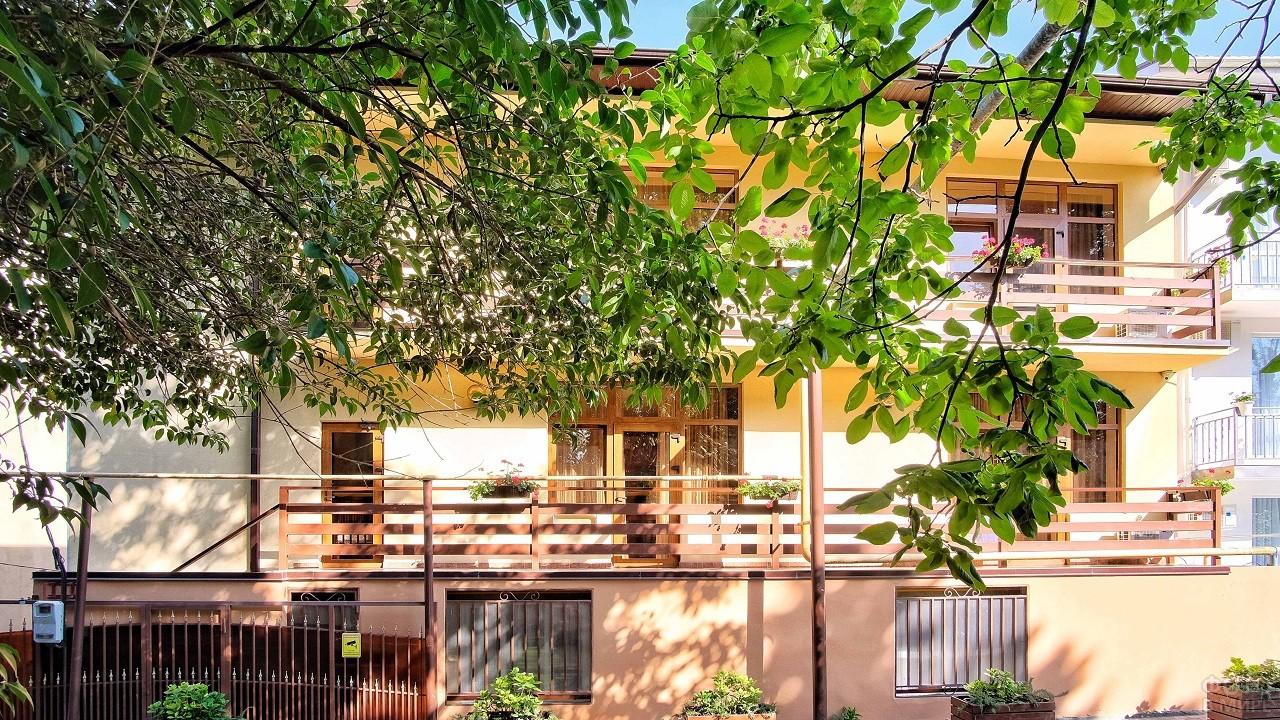 Уютный гостевой домик с аккуратным фасадом в лучах солнца