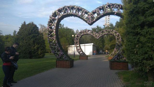 Цветущие арки в форме сердечек