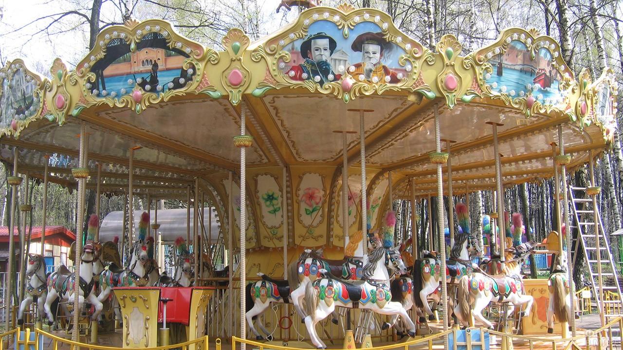 Французская карусель с лошадками