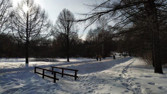 Мостик среди сугробов над замёрзшей речкой